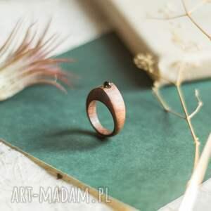 elegancki drewniany pierścionek z peridotem, pierścionek