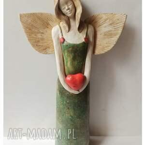 anioł zsercem w zielonej matowej sukni, ceramika, anioł, serce