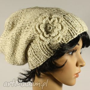 czapki czapka z kwiatem ręcznie dziergana ecru, czapka, kwiat