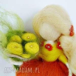 handmade dekoracje wiosenna wróżka zbierająca kwiaty na łące-mobil