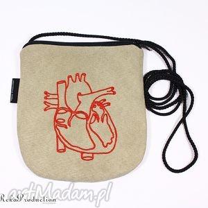 na ramię torebka z serduchem - beżowa, torebka, mini, serce, zamsz, wyszywana