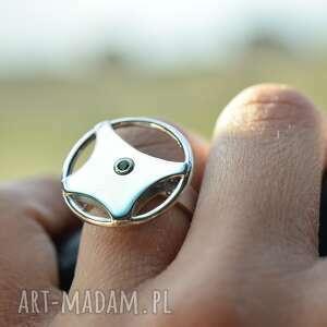 pierścionek-kierownica z zieloną cyrkonią srebro