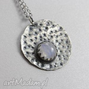 Kamień księżycowy i srebro - fakturowany wisiorek na łańcuszku, kamień,