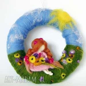 wianek-girlanda wróżka zbierająca kwiaty na łące