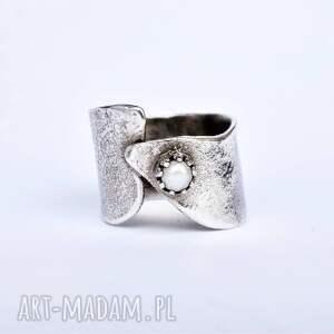 srebrny pierścień z perełką