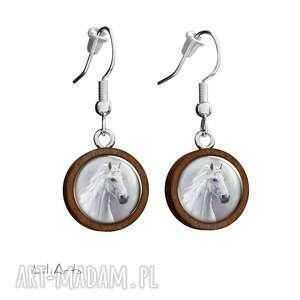kolczyki drewniane - biały koń wiszące, kolczyki