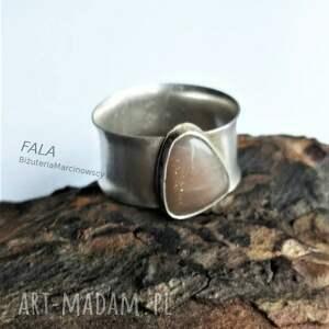 srebrny pierścionek z kamieniem księżycowym beżowym