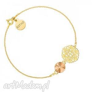 złota bransoletka z rozetką i łososiowym kryształem
