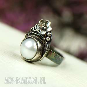 Prezent Elegancki pierścionek srebrny z perłą a647, pierścionek-srebrny