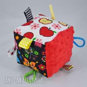 kostka sensoryczna z grzechotkĄ - kostka, metki, grzechotka, zabawa, prezent