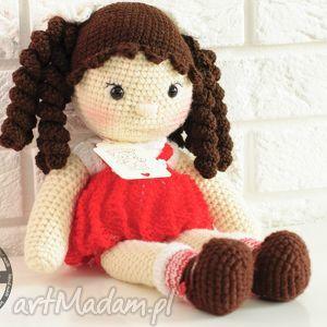 handmade lalki lalka na szydełku w czerwonej sukience