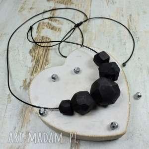 handmade korale geometryczne, czarne w nowoczesnym stylu