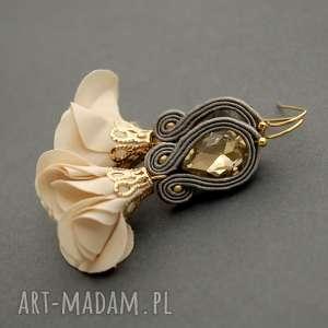 kolczyki sutasz z kwiatkiem, sznurek, eleganckie, wiszące, wieczorowe, jasnobeżowe