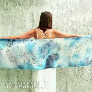 mewy ręcznie malowane na niebiesko - białym szalu jedwabnym motyw