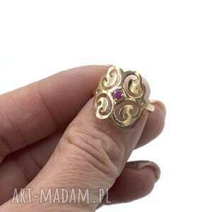 pozłacany pierścionek z rozetą rora i rubinem