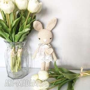 maskotki królisia monika - beżowy króliczek w koronkowej sukience, chrzciny