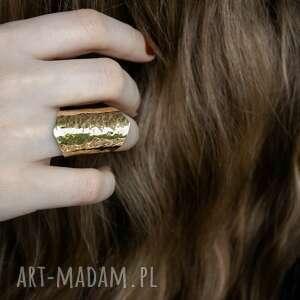 mosiężny pierścionek młotkowany, mosiądz, surowy, minimalistyczny