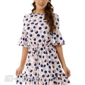 luźna sukienka z wiązaniem i falbaną biała w grochy, elegancka sukienka, koktajlowa