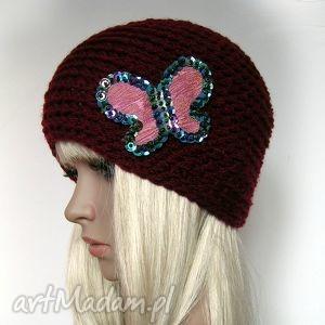 bordowa czapka z ozdobnym motylem - czapka, motyl, ciepła, błyszcząca, ozdobna