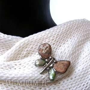 Broszka: Motyl ceglasto-zielony, broszka-z-kamieni, motyl, broszka-z-perełką
