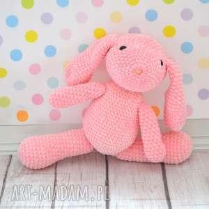 Szydełkowy różowy króliczek z dedykacją maskotki akukuuu królik,