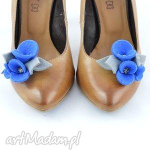 filcowe przypinki do butów- ozdoby butów - kwiatki niebieskie z szarym, filc