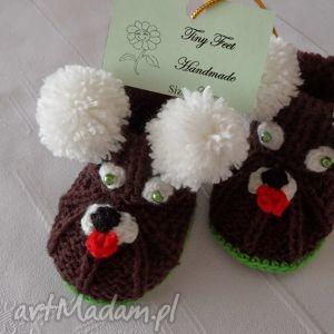 ręczne wykonanie buciki niemowlęce z pomponami