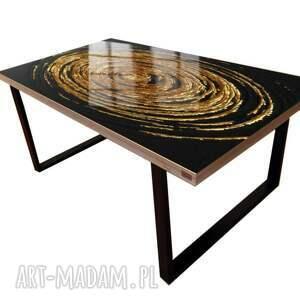stół do jadalni ze złotą strukturą, artystyczny stol, loftowa dekoracja, stol