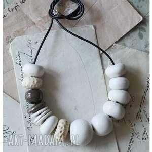 Białe korale z akcentem, ceramika,