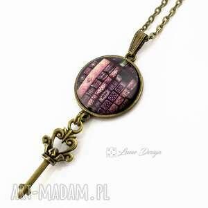 książki - szklany medalion - wisior, medalion, książki, klucz, długi