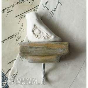 hand-made ceramika wieszak z ptaszkiem na bejcowanym drewnie