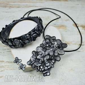 Prezent Czarno srebrny komplet biżuterii z motylami - bransoleta, kolczyki oraz