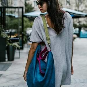 granatowa torebka na ramię kolorowe paski - kolorowa torebka, torba worek, torba