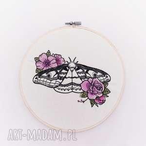 obrazek haftowany ćma - ,tamborek,haft,ćma,motyl,kwiaty,vintage,