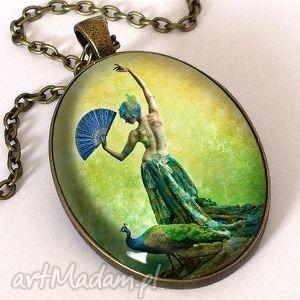 Pawia tancerka - owalny medalion z łańcuszkiem