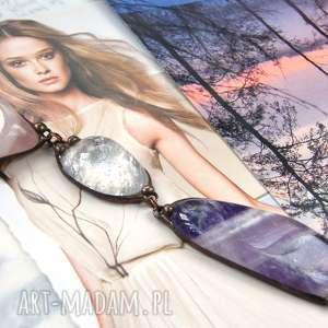 wisior z łańcuszkiem różowo-fioletowy, długi naszyjnik, wisiorek kamieni