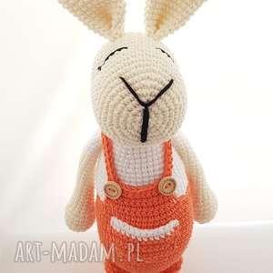 królik w ogrodniczkach szydełkowy, króliczek, dziecko, dekoracja maskotki