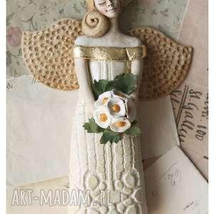 aniołek komunijny z bukiecikiem, ceramika, anioł, komunia, kwiaty