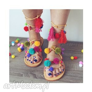 39- kolorowe rzymianki z pomponami w stylu boho, sandały, rzymianki