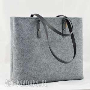szara filcowa torebka na suwak ze skórzanymi rączkami - minimalistyczna i bardzo