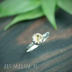 srebrny pierścionek z cytrynem i zdobiona obrączka, żółtym