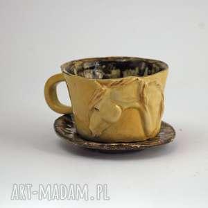 ceramiczna filiżanka kubek z figurką konia miodowo-brązowa przetarcia