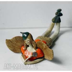 anioł oranżowy leżący z książeczką, ceramika, anioł, książeczka