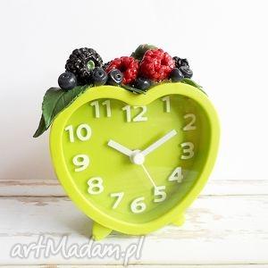 zegary budzik z owocami leśnymi, budzik, zielony, owoce, fimo, prezent, las