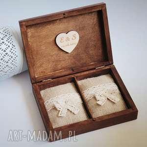 Prezent Pudełko na obrączki z sercem wewnątrz, drewno, koronka, pudełko,