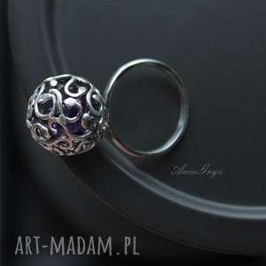 pierścionek z fiołkiem w kuleczce, pierścionek, kula, kulka, cyrkonia, srebrny