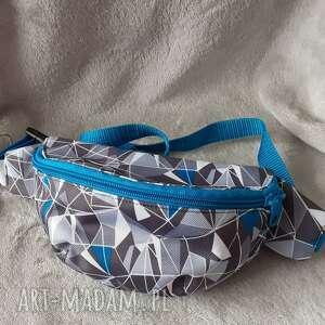 nerka z tkaniny wodoodpornej, trójkąty, wygoda, geometryczne wzory