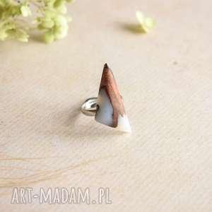 geometryczny pierścionek z białej żywicy i drewna
