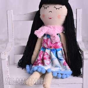 lalki lalka szmacianka w czarnych włosach, lalka-szmacianka, pomysł-na-prezent