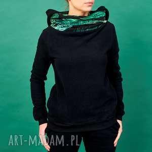 Czarna bluza z kominem i kapturem motyw tropikalny, bluza-damska, bluza-dresowa